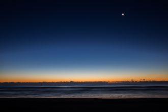 朝焼けの地球照