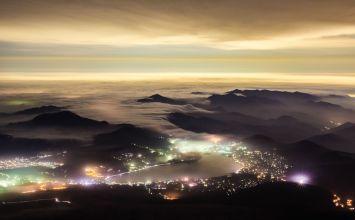 富士山頂より滝雲を望む
