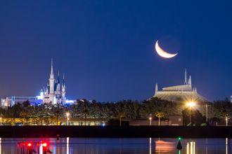 シンデレラ城と昇る月