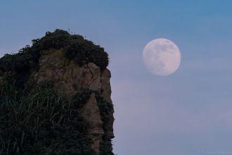 怪物岩と朧月
